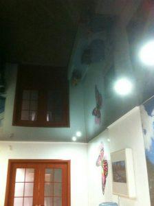 תקרה נמתחת בחדר מגורים